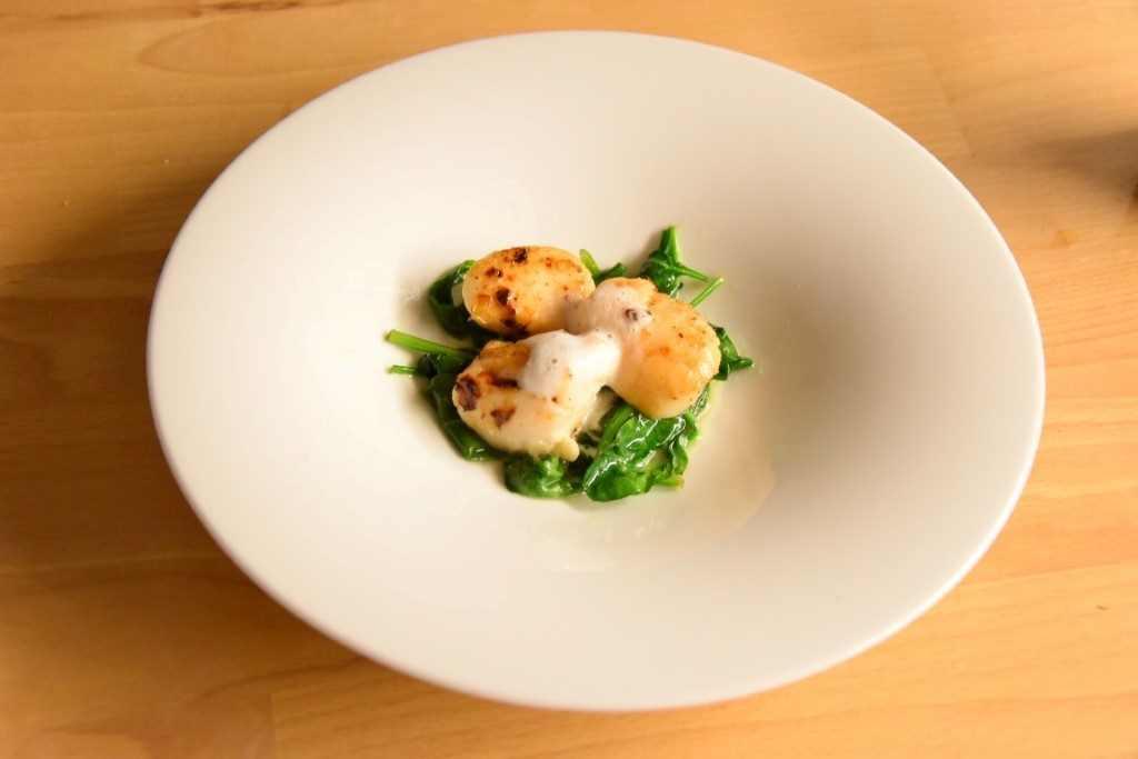 Capesante su letto di spinaci con spuma di latte al wasabi