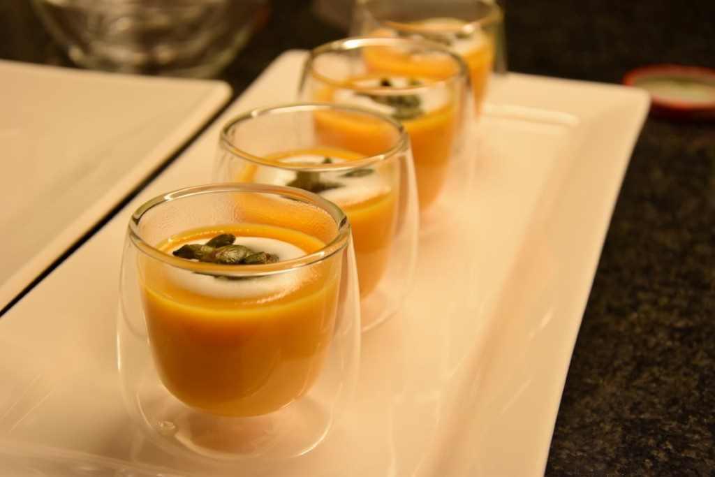Bicchierini di vellutata di zucca e semi tostati