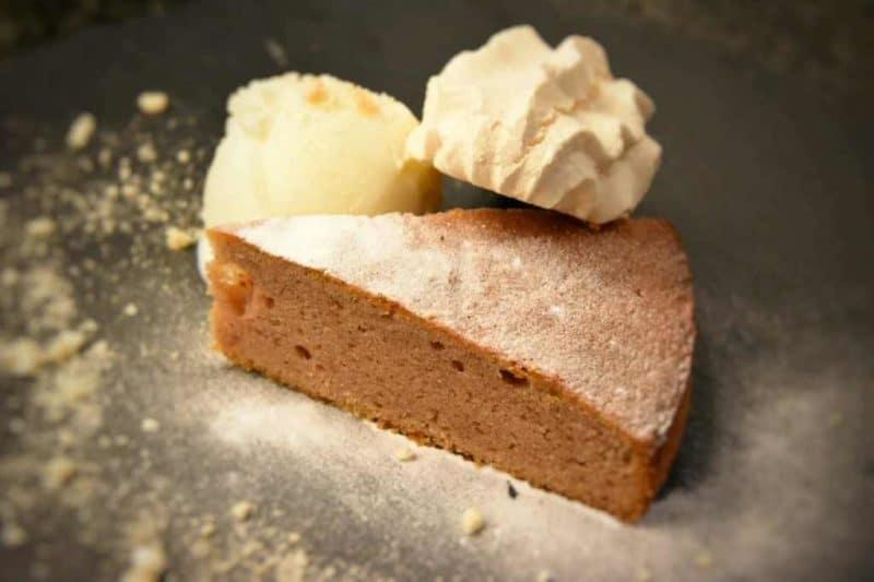 Torta di castagne, gelato alla doppia panna e meringa
