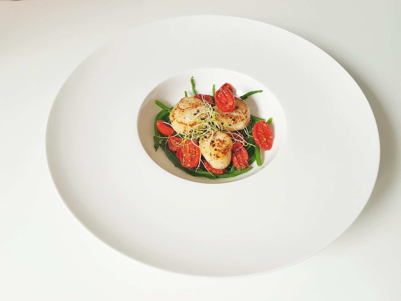 Capesante al vino bianco, salicornia al vapore e pomodorini confit