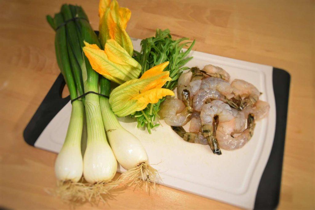 gamberi, cipollotto, fiori di zucchina e rucola