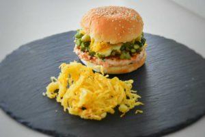 hamburger di salmone con uova di quaglia, asparagi, cipollotto e zucchina gialla croccante