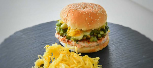 hamburger-di-salmone-asparagi-uova-di-quaglia_cut