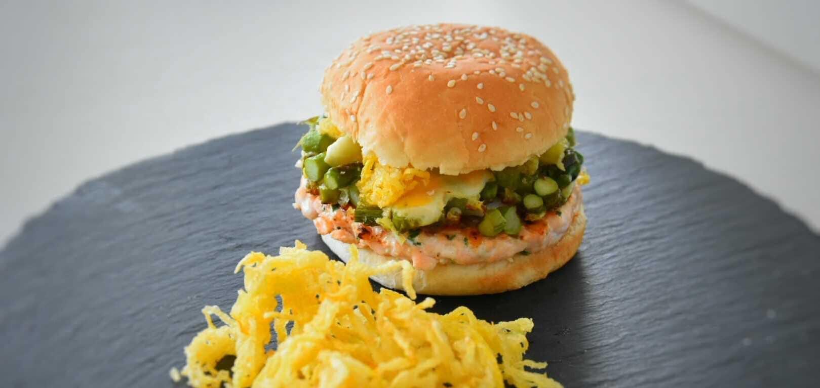 Hamburger di salmone, asparagi, uova di quaglia e zucchina gialla