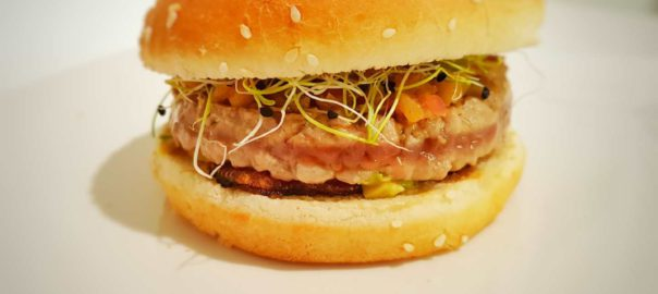 hamburger di tonno con avocado chutney di mele e cipolla di tropea fritta