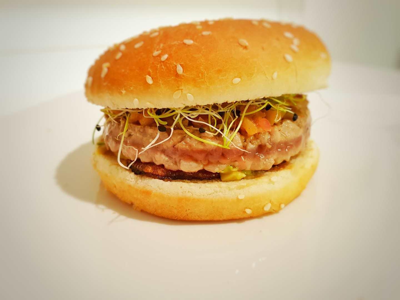 Hamburger di tonno marinato, avocado, mela verde, cipolla di tropea