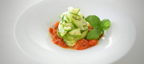 pappardelle vegane di zucchine con zenzero, pomodorini, basilico e scorza di limone