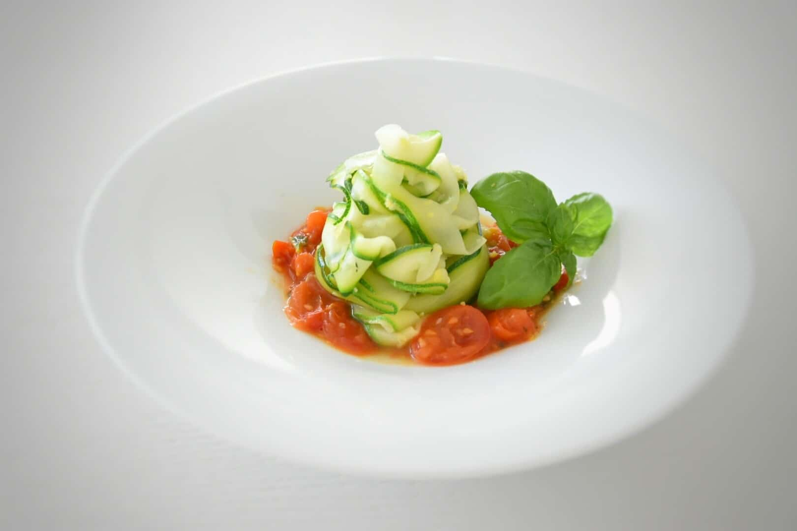 Pappardelle vegane: zucchina, zenzero, pomodorini e zest