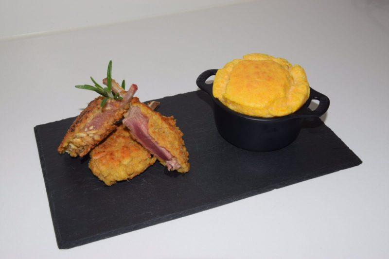 Soufflé di zucca e costolette di agnello in crosta di grissini