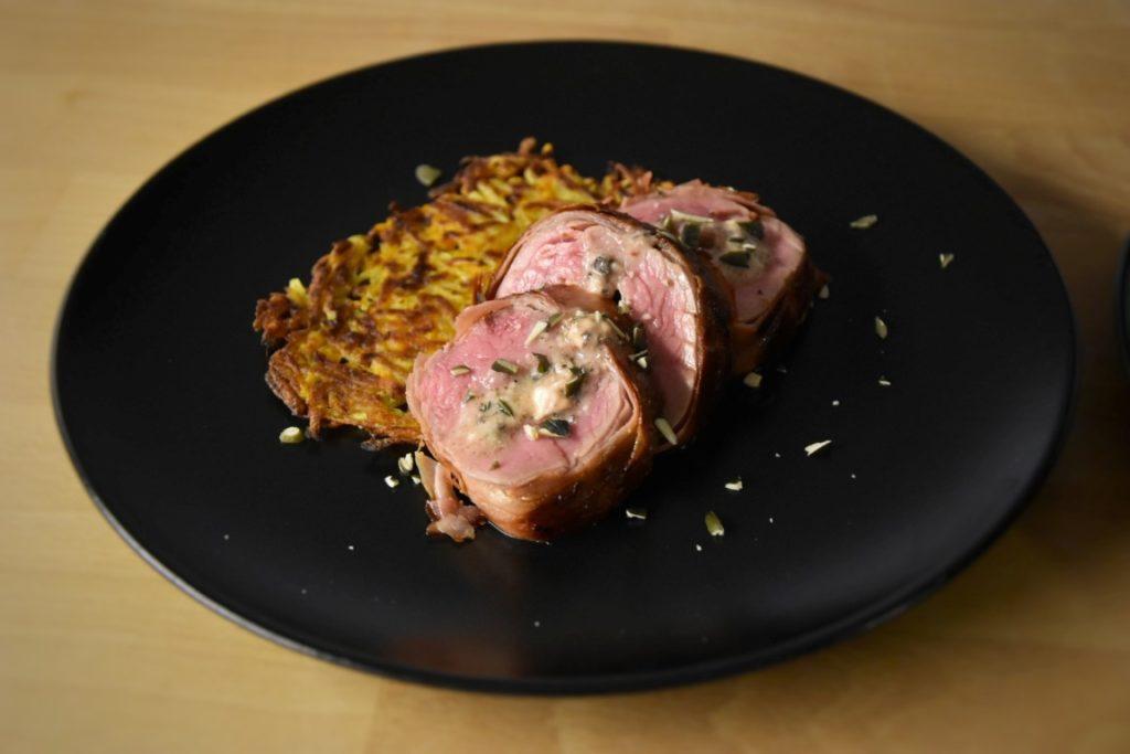 filetto di vitello ripieno di brie al tartufo in crosta di speck con rösti di zucca