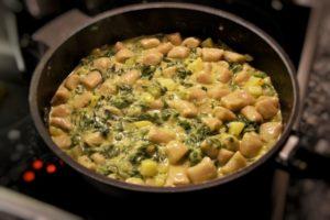pizzgnoccheri: gnocchi di grano saraceno con coste, spinaci, patate e valtellina casera