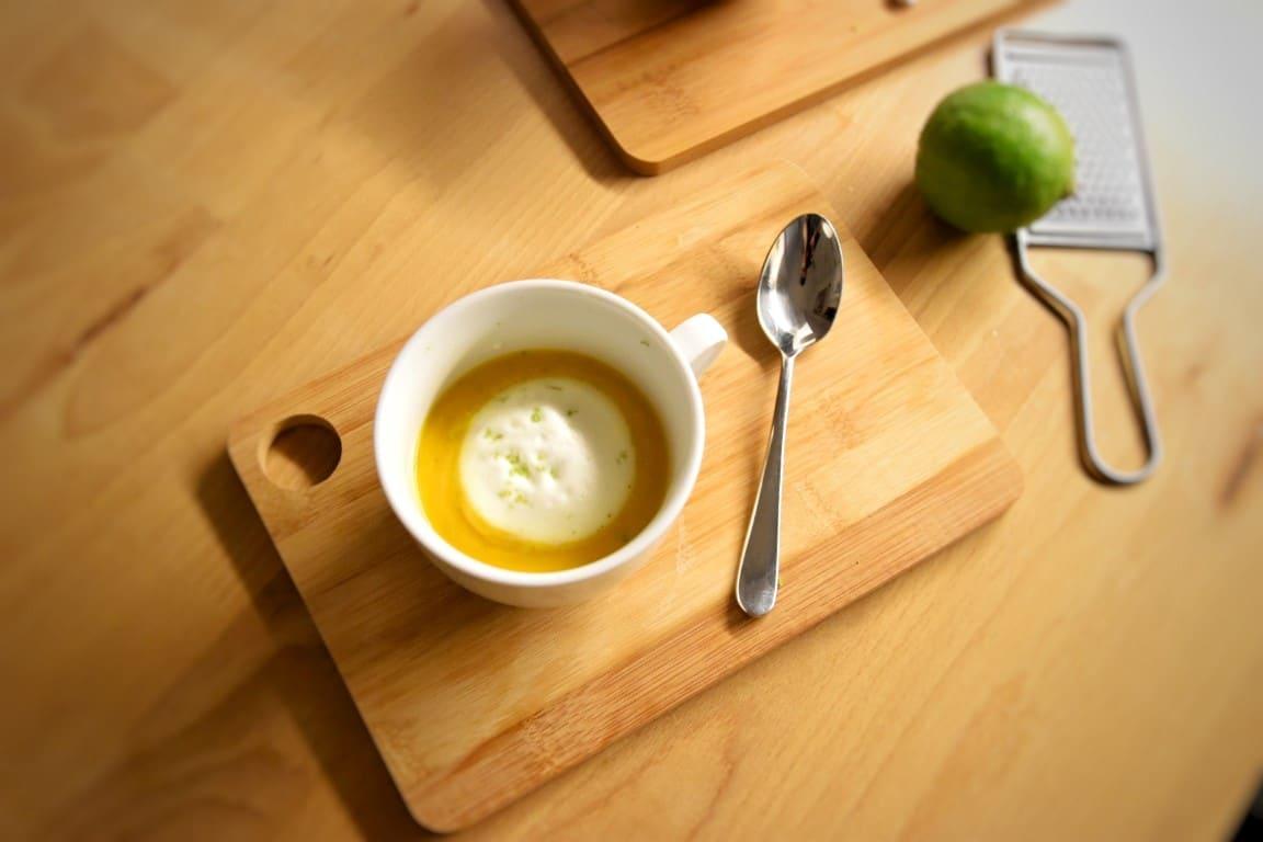 Cappuccino di carote al latte di cocco con curry e scorza di lime