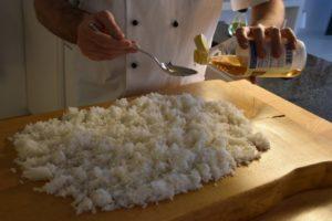 aggiungere l'aceto da sushi al riso