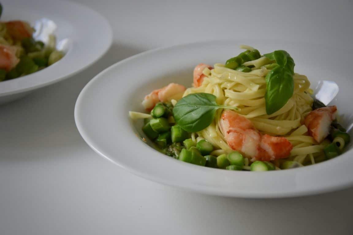 Tagliolini agli asparagi, aragosta di roccia, gamberi, zenzero e basilico
