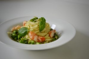 tagliolini asparagi, aragosta di roccia, gamberi, zenzero e basilico