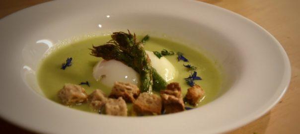 uovo cotto a bassa temperatura (65°C) su vellutata di asparagi e cipollotti
