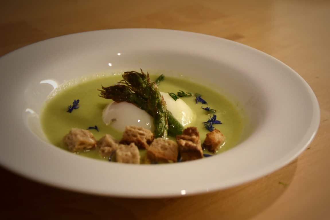 Uovo cotto a 65°C su vellutata di asparagi e cipollotti