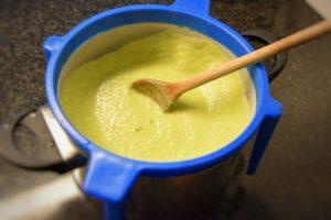 filtrare la vellutata di asparagi e cipollotti
