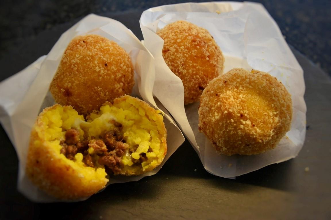 Arancini luganiga, formaggella e merlot del Ticino