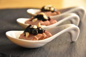Bocconcini di maiale con chutney di ciliegie (fingerfood)