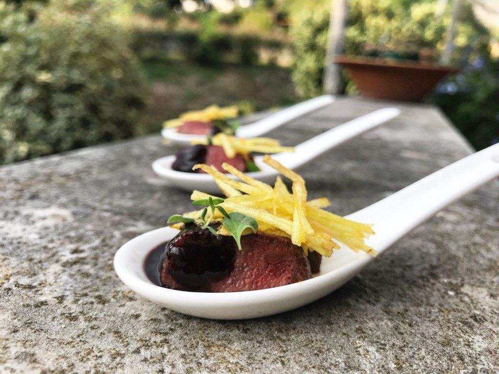 piccione a bassa temperatura, salsa al vino rosso e julienne fritta di patate