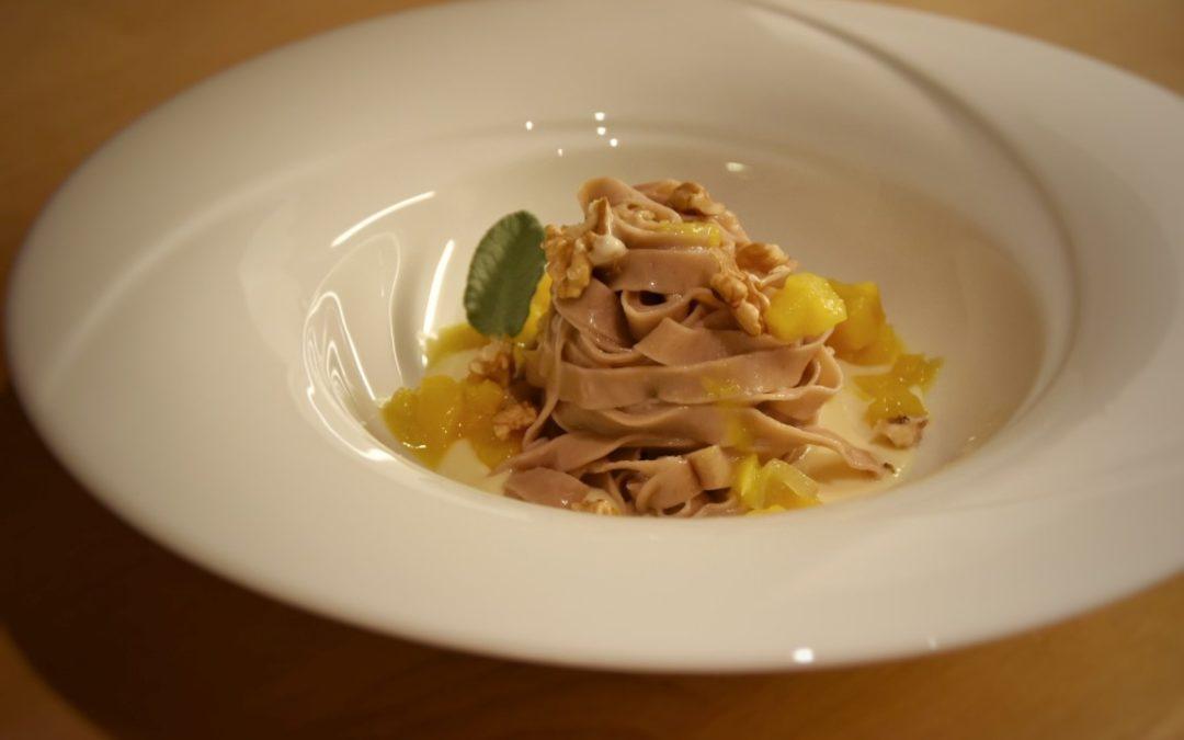 Tagliatelle di farina di castagne, zucca e noci su fonduta di formaggio al castagno