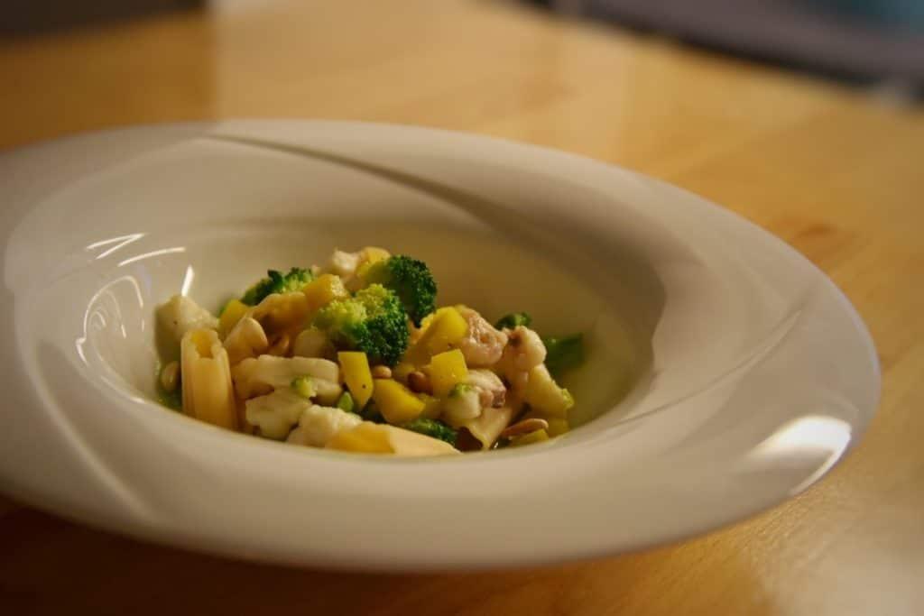 Rustici di farina di legumi con rana pescatrice, broccoli, zucca e pinoli