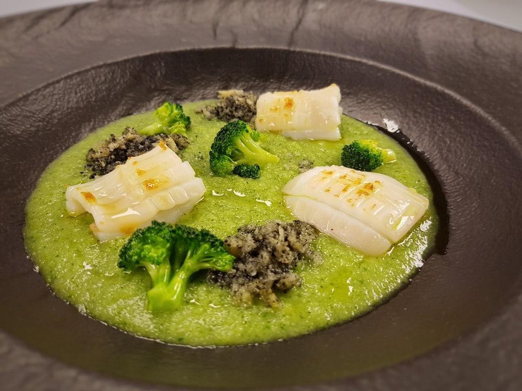 CucinaLi a Cuochi d'Artificio - Calamaro croccante, broccoli in due consistenze, terra di seppia