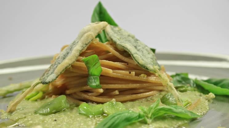 CucinaLi a Cuochi d'Artificio - Spaghetti Integrali su crema di fave e menta con salvia croccante