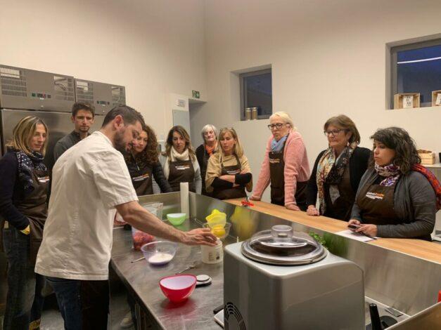 andrea di cucinali in azione durante il corso sul gelato artigianale per casalinghi in ticino