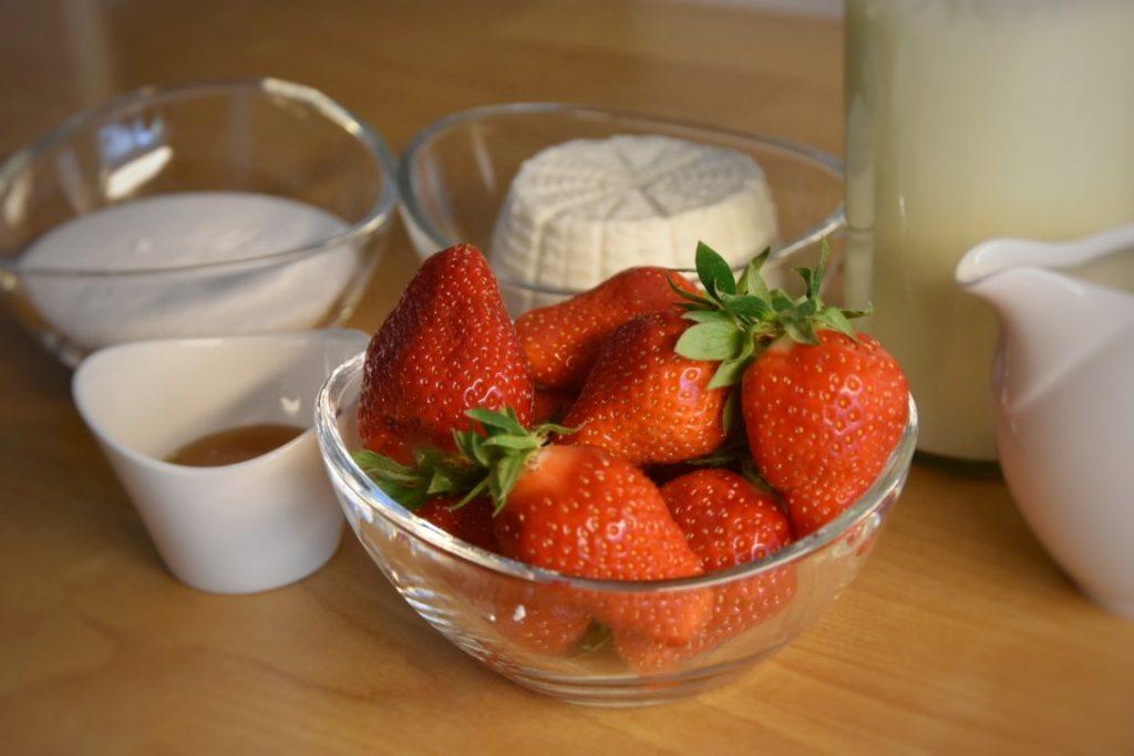 ingredienti del gelato alla ricotta di bufala, fragole, miele
