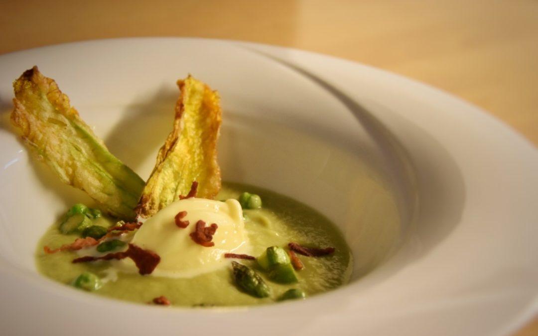 Gelato salato alla crema su vellutata di asparagi, pancetta croccante e fiori di zucchina