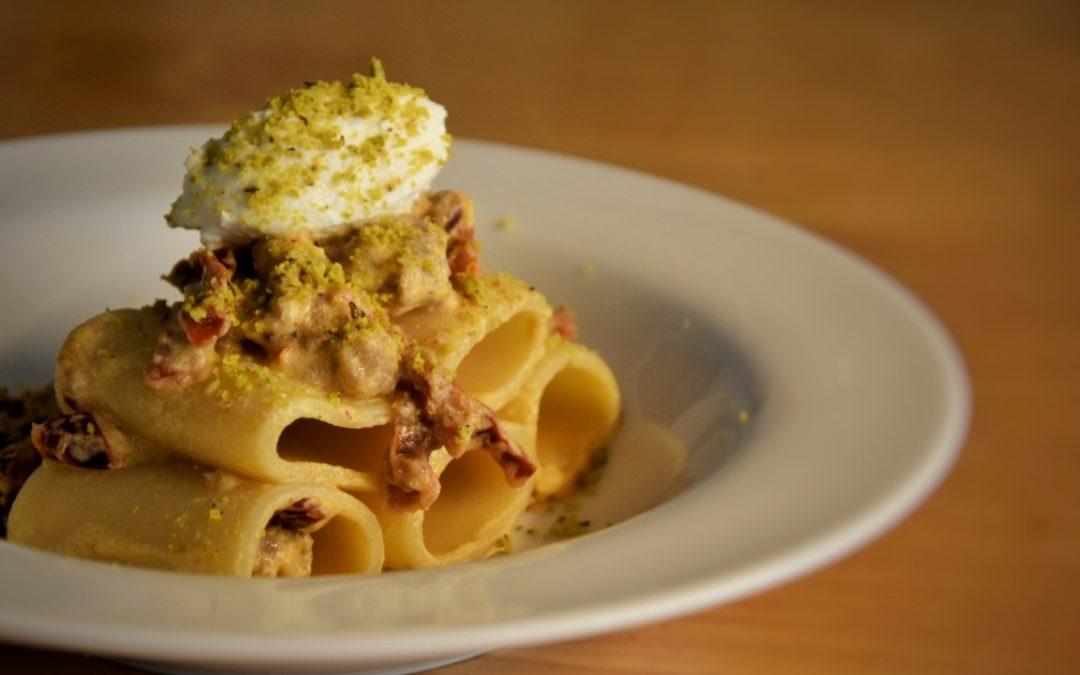 Paccheri con pomodori secchi, salsiccia, ricotta e granola di pistacchi