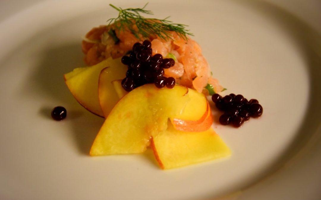 Tartare di salmone affumicato, pesche al balsamico e caviale di more e lime