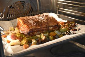 cottura della pancia di maiale in forno sopra alle verdure