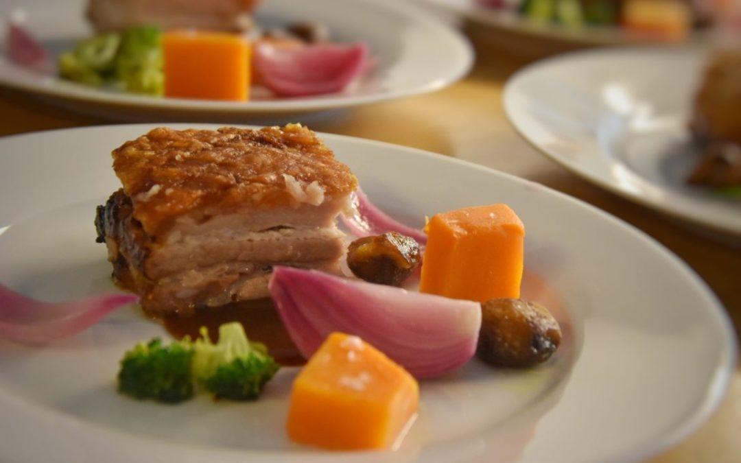 Pancia di maiale croccante, broccoli scottati, zucca, cipolle e castagne al miele e rosmarino