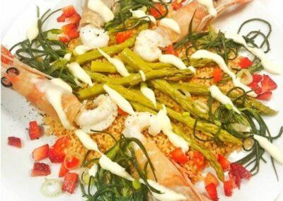 arianna.arese_ciboperlasalute - scampi al vapore, cous cous piccante, verdure primaverili e salsa allo yogurt