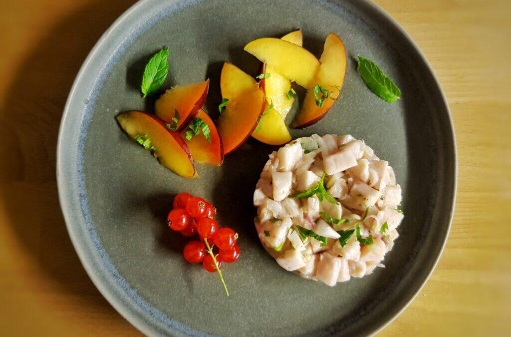 ceviche di pesce spada con insalata di pesche allo zenzero, lime e menta