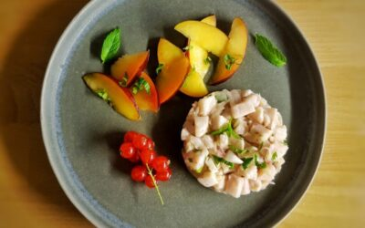 Ceviche di pesce spada con insalata di pesche in agrodolce