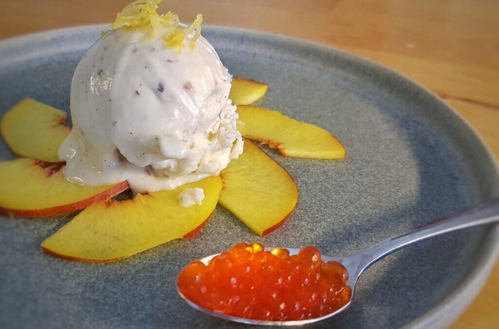 Gelato alla pesca, vaniglia e zeste di limone con caviale di Martini Rosso