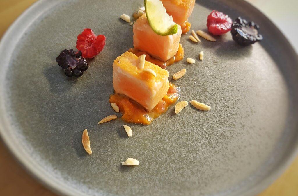 Salmone scottato, chutney di albicocche e zenzero, lime e frutti di bosco