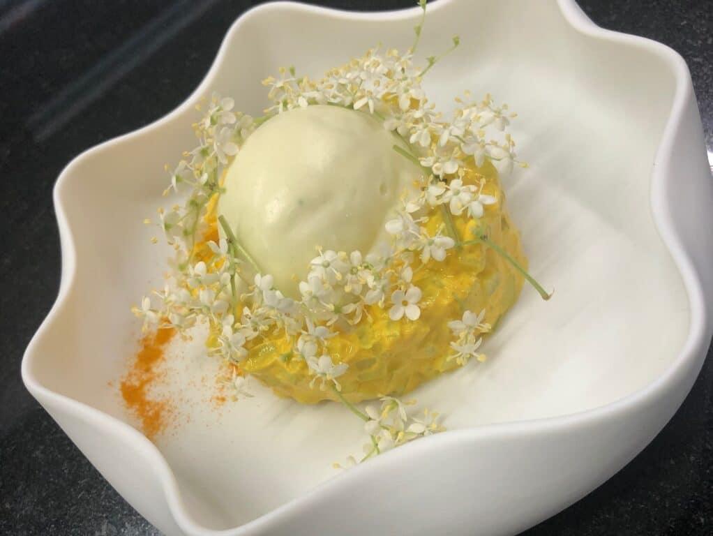 Tartare di cetrioli alla curcuma e sambuco con gelato all'olio extravergine d'oliva
