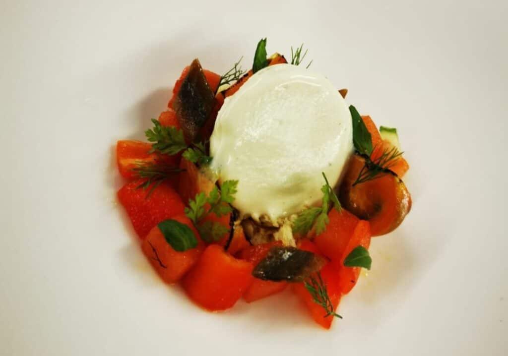insalata estiva pomodoro peperone anguria acciuga e gelato all'olio extravergine d'oliva