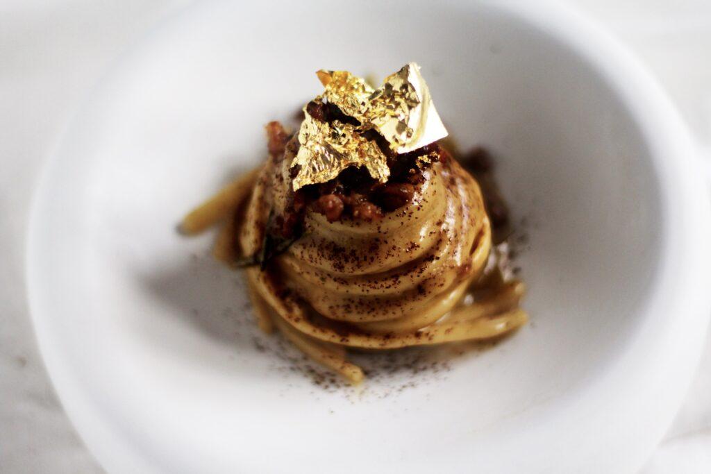 linguine risottate al brodo di funghi, salsiccia, oro