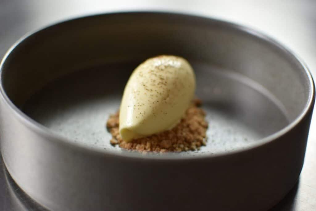 gelato alla crema, amaretto e polvere di caffè con pacojet